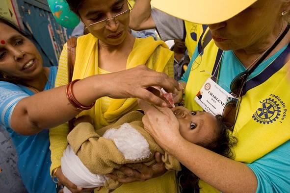 vacinazione-con-mamme-e-operatore